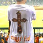 ホーム&ビジターユニの背中に大きなクロス刺繍、その下に「orange soul」と刺繍を依頼。