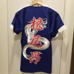 中日ドラゴンズのユニフォームに根尾さんの名前とシルバー龍の刺繍。